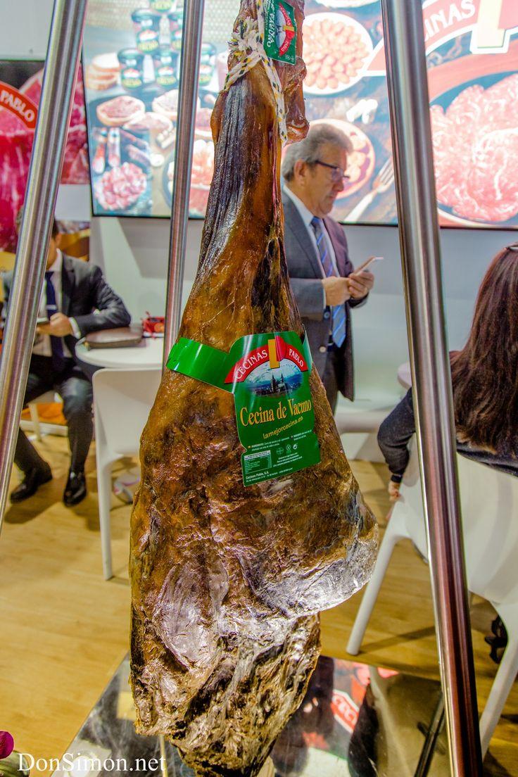 Хамон - великий и ужасный! Визитная карточка и самый известный национальный продукт, представляющий и возносящий Испанию на кулинарный Олимп. Громадная индустрия, Сотни сортов и фабрик по производству свиных ног и прочих составляющих. Но почему же только свинина? В Испании есть прекрасная говядина,