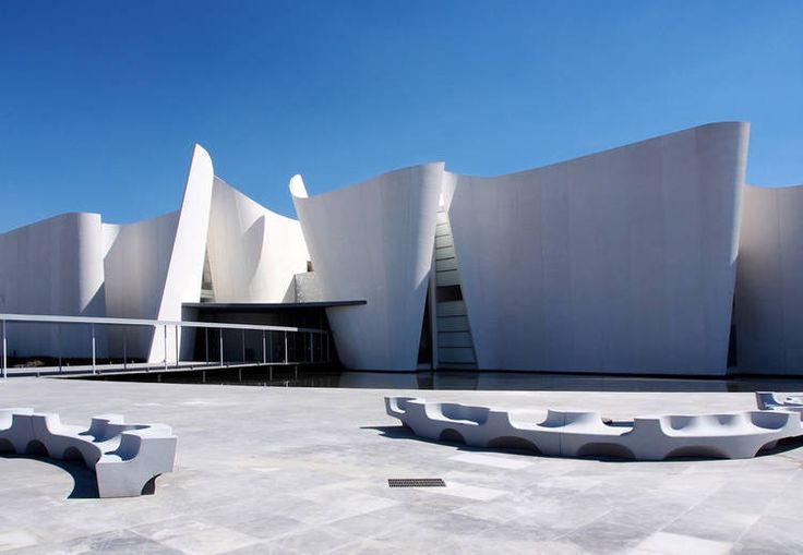 """Museo en México con paredes de """"papel""""//The International Museum of the Baroque proposes a contemporary building experience in spatial fluidity that characterizes this movement. The renowned architect Toyo Ito poses a series of white walls twisted to form the exhibition halls of the museum, without watertight spaces."""