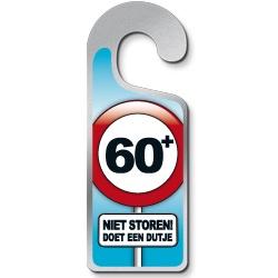 Deurhanger 60 jaar -  Een grappige metalen deurhanger! Tekst: 60 Niet storen doet een dutje!   www.feestartikelen.nl