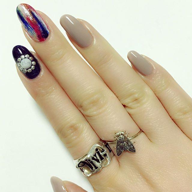 kikuda0802@minmin_nail さんのネイルデザインが素敵だったので真似っこしてみました。 筆跡を綺麗に残すのは、ちゃんと塗るより難しい気がします。。。 ダイソーの細筆を使って塗りました。  使用ポリは 親指、薬指、小指→デュカート shhh! 人差し指→マリークワント 031 中指→レブロンrouletterush026 キャンメイク ブルー50、イエロー68 ネイルホリックWT005 スウィートクローゼットOR200 エモダ2015SUMMER付録シルバー  です。  ungridの雰囲気が似合いそうだな〜〜と思いながら塗りました。 こんな風な抽象的なネイルはなんと呼べばいいんでしょう、、、絵画?笑 ✔️2016/3/15 #nail #nails #nailart #naildesign #manicure #polish #ネイル #ネイルアート #ネイルデザイン #マニキュア #ポリッシュ #ネイルポリッシュ #セルフネイル #セルフネイル部 #  #self #selfnail #selfnails #美甲 #ほぼ100均ネイル #100均ネイル…