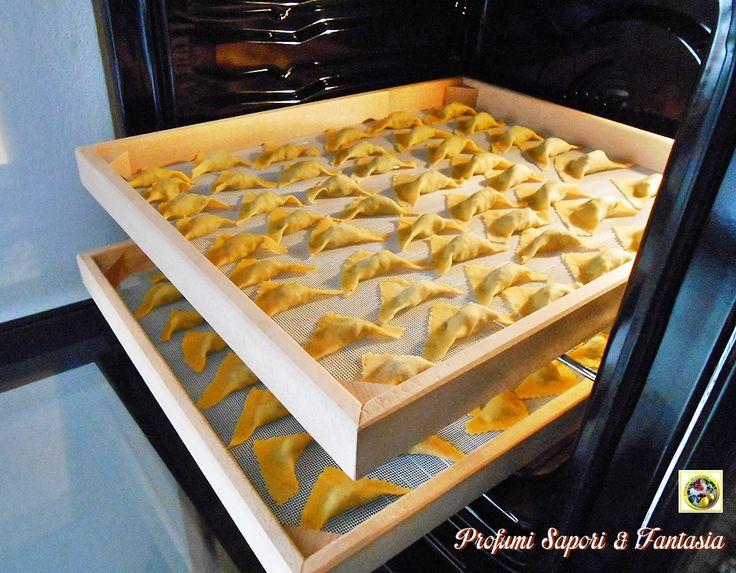 Se vi piace preparare la pasta fresca segnatevi questo trucchetto, vi sarà utilissimo per asciugare qualsiasi formato di pasta fresca voi preferiate. Dopo