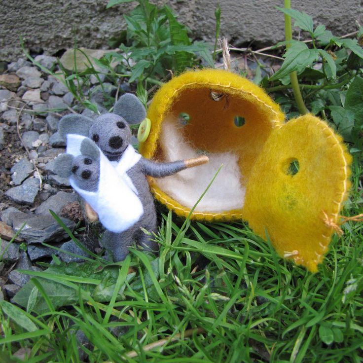 Myška+se+sýrovým+domečkem+Oblíbená+myška+se+sýrovým+domečkem+opět+na+scéně!+Domeček+vylepšen+zavíracími+dveřmi,aby+myšky+neofouklo.Zavírání+na+knoflík.+Myška+je+zpět+i+se+svým+miminkem+a+teplou+peřinkou+uvnitř+domečku.+U+stropu+má+rolničku,v+případě+,že+by+myška+zaspala,je+možné+ji+vzbudit+:o)
