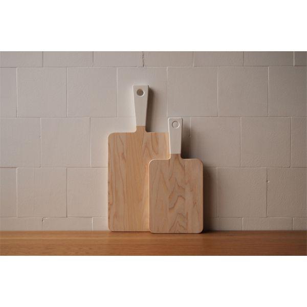 Holzschneidebrett mit weißem Griff - skandinavisches Design