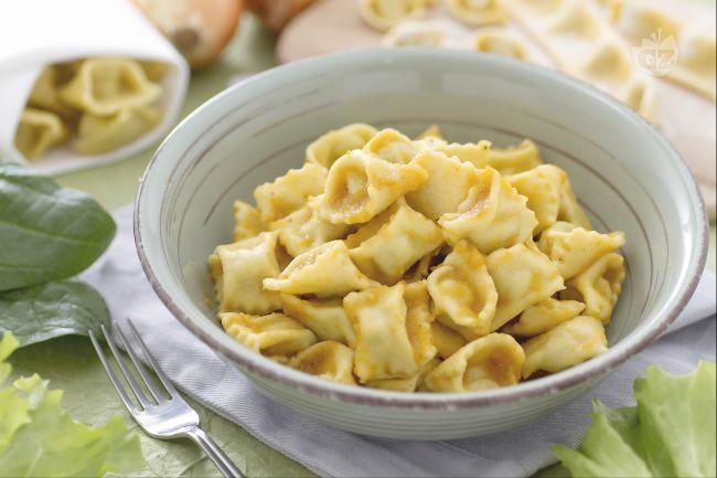I ravioli del plin sono un primo piatto piemontese a base di pasta fresca all'uovo ripiena di carni miste  e verdure condita con sugo d'arrosto.