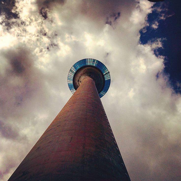 Always up 👍 #düsseldorf #dusseldorf #rhinetower #rheinturm #tower #sky #high #height #clouds #perspective #up #view #inthesky #intheskys #duesseldorf #skyporn #cloudporn