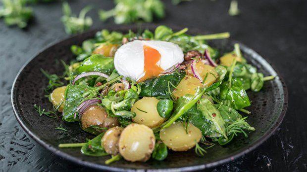 Jakmile se začne oteplovat, přirozeně se objevuje chuť na čerstvý salát. Pokud ho chcete servírovat jako hlavní pokrm, neměly by v něm chybět ani sacharidy a bílkoviny, v tomto případě zastoupené malými brambůrkami a lahodným ztraceným vejcem i křupavou slaninou.