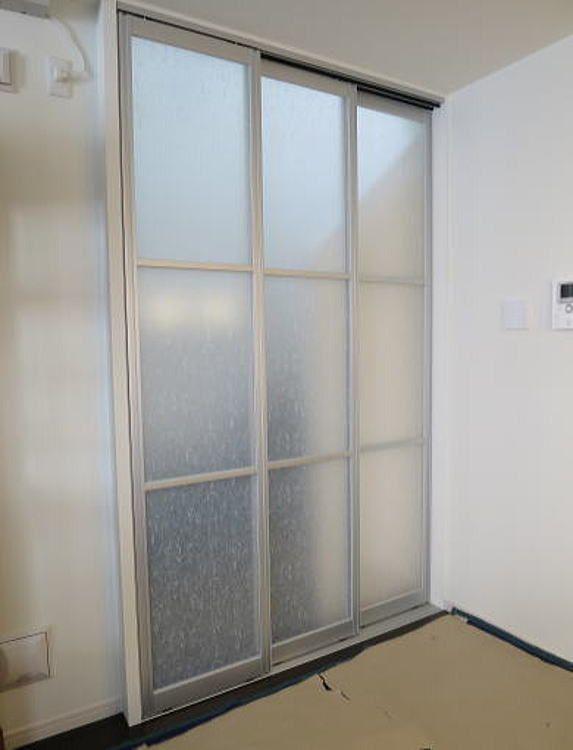 パネルの採光窓は和の雰囲気の ウンリュウ 3枚パネルの引き戸を