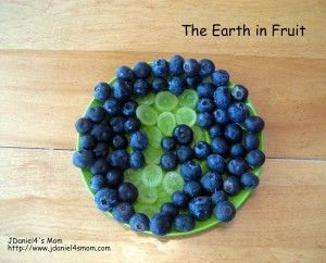 Earth made of blueberries and green grapes for a #healthy #EarthDay snack.: Kids Recipe, Art Crafts, Fruit Salad, Activities For Kids, Tins Mondays, Muffins Tins, Crafts Kids, Earth Day, Jdaniel4 Mom