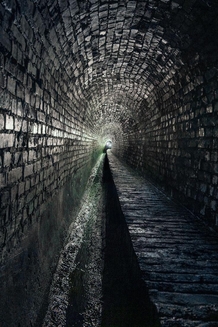 Urbex: Underground Sewer-Exploration - Catacombs under the ex-industrial Ruhr Area in Germany. / Lost Place: Abwasserkanal unter dem Ruhrgebiet in NRW. Dieser (heute) verlassene Ort liegt tief unter Bochum, niemand der täglich hunderten Besucher des Parks darüber, ahnt was hier schlummert. Das was das Ziel unserer letzen Urban Exploration-Tour.