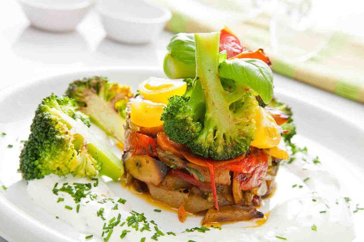 Zapiekanka z warzyw ogrodowych podawana z sosem z kwaśnej śmietany ze szczypiorkiem #przepisytesco #smacznastrona #wiosna #zapiekanka #warzywa