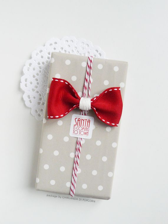 """Funny stickers with sayings like """"Don't open until Christmas"""" or """"Santa is coming to town"""" serve two purposes: They hold string or ribbon in place while adding fun personality. See more at Ghirlanda Di Popcorn »"""