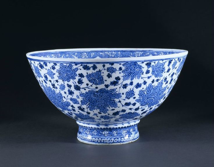 Basin, Iznik, Turkey, 1510-1520. Fritware, underglaze painted in blue, glazed. Height: 24.3 cm, Diameter: 45.3 cm, Diameter: 18 cm of foot. Museum number: 7409-1860 © V Images.