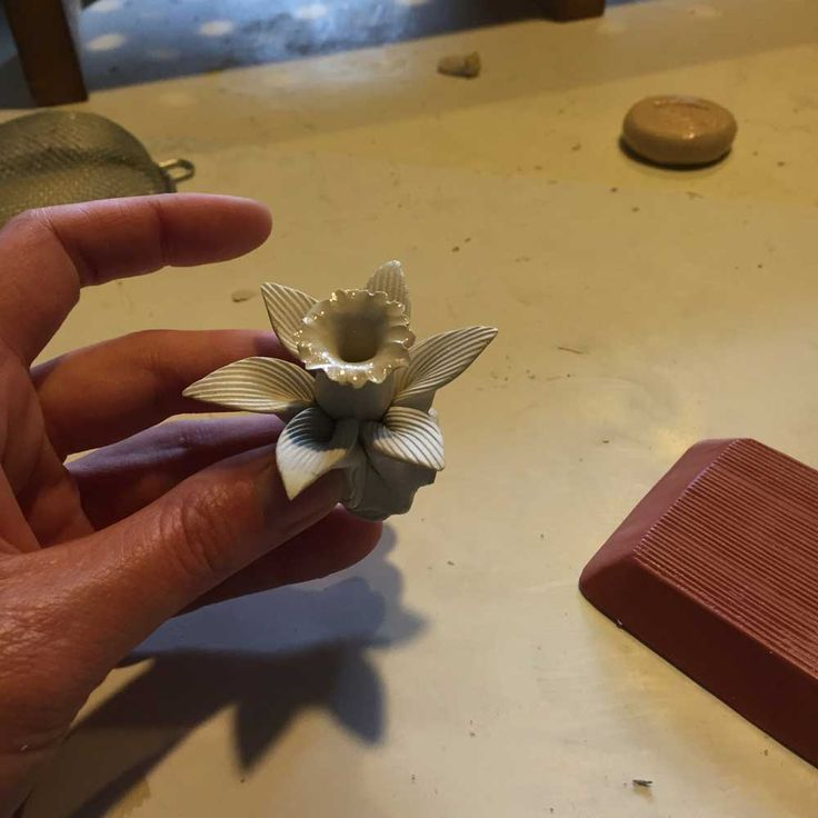 This is a step by step tutorial on how to make a bone china clay daffodil flower. Click to see a Video Bone china clay is the best flower making clay if want crack free beautiful delicate clay…