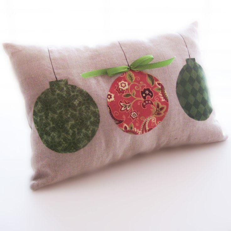 Green+red+ornament+pillow+2.jpg 1.600×1.600 Pixel