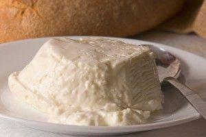 Squacquerone di Romagna Dop. E' un formaggio da tavola. Formaggio grasso, fresco a pasta molle, tradizionalmente utilizzato per farcire la Piadina romagnola, in quanto ama il prosciutto crudo. Si accosta a verdure fresche, rucola, anche mescolato al battuto dei cappelletti. Ottimo anche spalmato su una fetta di pane toscano.