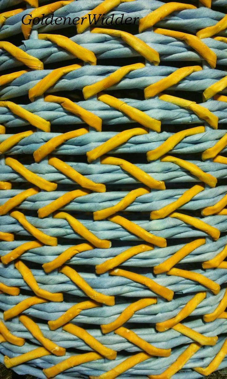 Плетение из газетных трубочек: Узор совмещения 2 видов плетения. Японское послойное и обычная прямая верёвочка. Идею узора переняла у Натальи Петлюк. Двухцветный узор. Круглая форма. Дополнительно крышка. Бочонок с крышкой. Ажур.