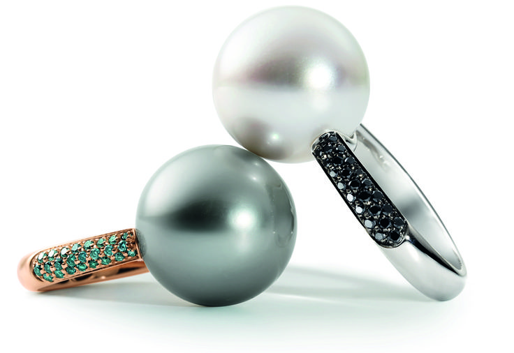 I gioielli indossati su diverse dita saranno molto alla moda. E tra le gemme preferite troviamo le perle. Gli anelli-gemelli, diversi solo per dimensioni, sono la scelta perfetta. Questi anelli vanno poi alla grande con uno stile professionale. Quindi ora sapete cosa abbinare a quella gonna a tubino e a quelle scarpe con la punta.  Le perle sono poi una scelta che va sul sicuro, perché vanno bene per tutte le donne indipendentemente da età e colorito.