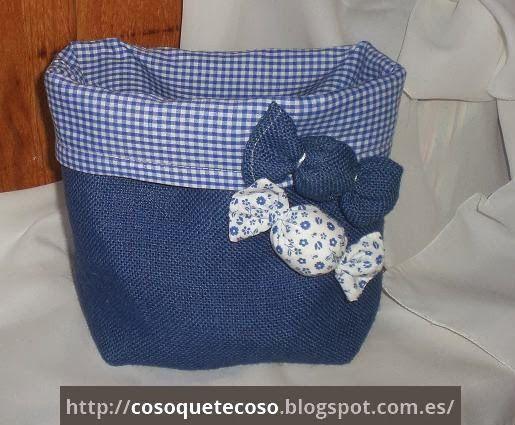 Una cesta, dos cestas de arpillera azul y vichy