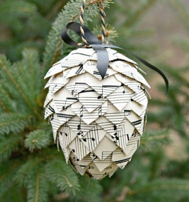 Music sheet pinecone - paper Christmas tree ornament // Papír (kotta) toboz karácsonyfadísz hungarocell húsvéti tojásból // Mindy - craft tutorial collection // #crafts #DIY #craftTutorial #tutorial