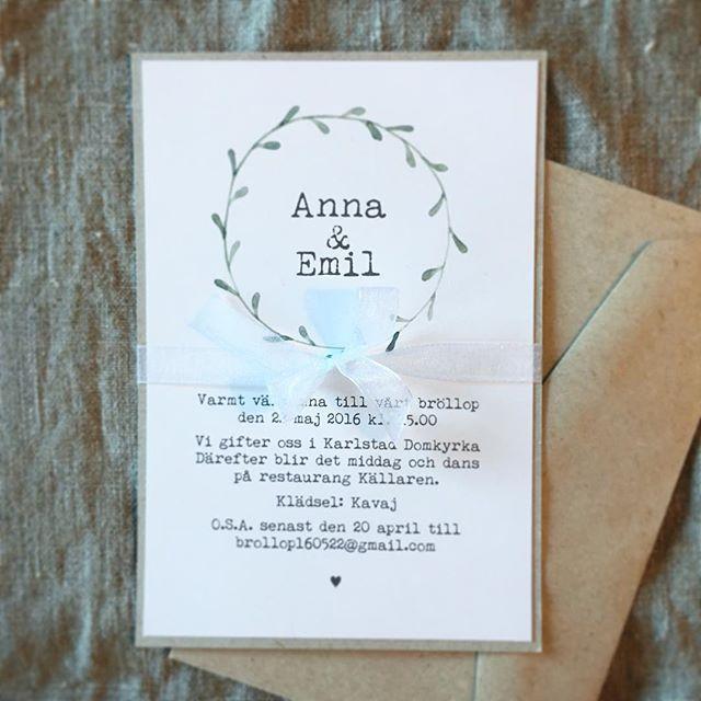 Anna Göran Design - Inbjudan Enkel krans. Här i 2 lager och med organzaband. Går även att få som ett enkelt kort. #inbjudningar #inbjudningskort #bröllopsinbjudan #bröllopskort #krans #kvistpapper.