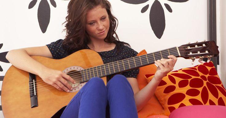 Diferencias de afinación entre 12 cuerdas y 6 cuerdas . Afinar una guitarra es una de las cosas más importantes que un instrumentista necesita aprender a hacer. Si la guitarra no está afinada, las canciones que toques no tendrán un buen sonido. La mayoría de personas toca una guitarra de seis cuerdas, pero las de 12 cuerdas también son comunes ya que las cuerdas extra proveen un sonido más lleno y ...
