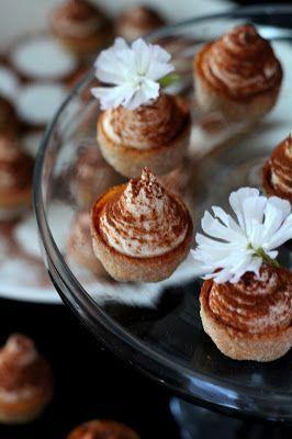 Kakkuviikarin vispailuja!: Tiramisun makuiset petit fours-leivokset