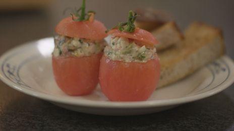 Eén - Dagelijkse kost - tomaat met zelfgemaakte vleessalade