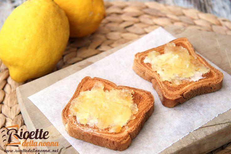 La marmellata di limoni insieme con quella di arance è una varietà di marmellata molto apprezzata per il suo sapore leggermente amaro molto diverso dalle classiche confetture alla frutta.