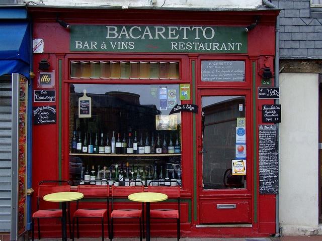 Honfleur #3: a Venice-like bar! by Normandia2007, via Flickr... all'aperto, ma per pochi... se non ho contato male sono soltanto 5 posti a sedere...