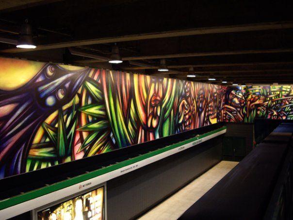 """""""Vida y trabajo"""" se llama el Mural más grande pintado hasta ahora en un lugar público es el que se encuentra en la estación de metro Parque Bustamante de la línea 5, obra del fundador de la Brigada Muralista Ramona Parra, Alejandro """"mono"""" González, la obra cuenta con 223 metros lineales y 673 metros cuadrados."""