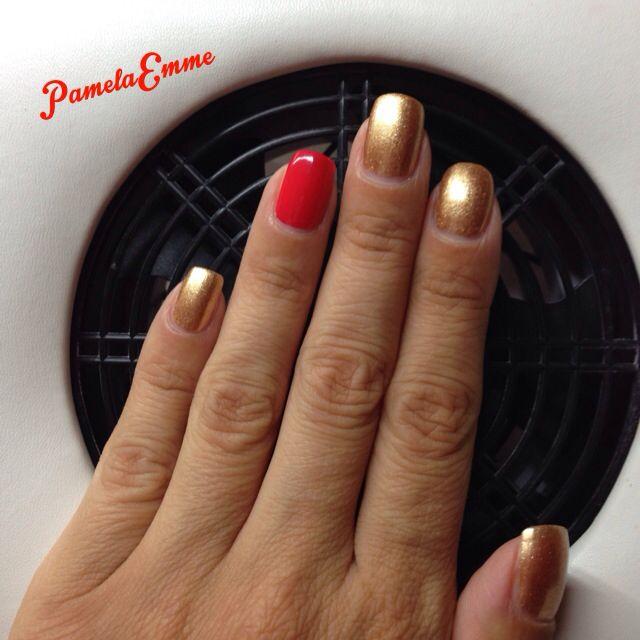 Nail art con smalto oro e corallo