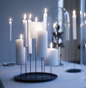 Ce bougeoir chandelier en acier avec noir mat sera idéal pour décorer votre table, ou posé sur une console. Bougeoir en acier finition noir texturé signé Sebastian Bergne pour Eno Studio.