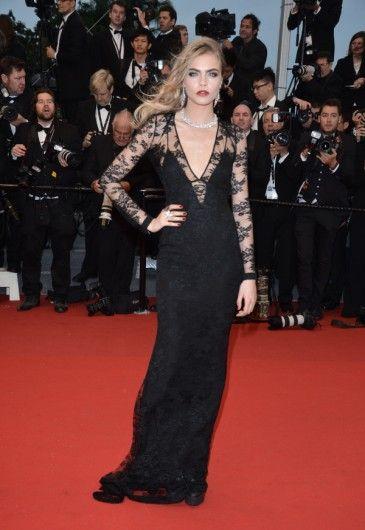 Cara Delevingne  In een jurk van Burberry, juwelen van Chopard en donkerrode lippen.