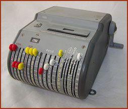 De buskaartjes automaat van vroeger. Nooit geweten dat het een Beckson heette. De werking is mij nog altijd een raadsel. Er kwam een flutterig papiertje uit, niet meer dan een soort kassabon.....het buskaartje! De rode, gele en witte knopjes en het ratelende geluid zijn me altijd bijgebleven.