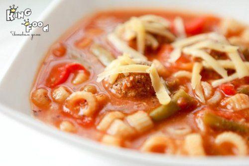 Итальянский суп с фрикадельками -  Ингредиенты: Говяжий фарш — 500 г Красный лук, мелко нарезанный — 1шт Чеснок, мелко натертый — 2 зубчика Белые панировочные сухари — 1/3 стакана Свежие листья базилика — 1/3 стакана Тертый сыр пармезан — 1/3 стакана Яйцо, слегка взбитое — 1 шт Томатный соус с базиликом — 700 г Куриный бульон — 4 стакана Макароны ризони — 1/2 стакана Цуккини, нарезанный на кубики 0,5 см — 2 шт Зеленая фасоль — 150 г Тертый сыр пармезан (дополнительно) — 4 ст.л.