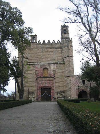 El Convento de Huejotzingo (1550-1570), en el estado de Puebla, es uno de los primeros conventos franciscanos y el que mejor se conserva. Se compone de atrio, capillas posas, iglesia, convento y claustro