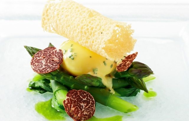 Asparagus spears with truffle, poached free-range duck egg and hollandaise sauce