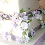 Sweet peas  to decorate a beautiful wedding cake. Made to order with cold porcelain. It is not toxic and the flowers do not wilt and it looks very natural...........................Guisantes de olor para adornar una preciosa tarta de boda. Hecho por encargo con porcelana fría. No es toxica y las flores no se marchitan y su aspecto es muy natural.
