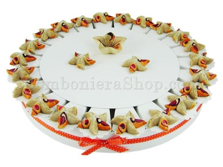 Torta bomboniera con 22 stelle marine in resina colorata e confetti a scelta #tortabomboniera #torta #conchiglie #mare
