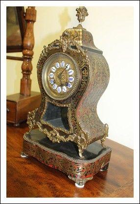 Museale Pendola da tavolo , Napoleone III fine 800 Parigi Francia, tutto intarsiato con parti in bronzo e tartaruga. Numeri dipinti in ceramica,…