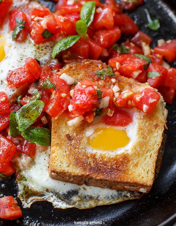 Jajka zapiekane w tostach z salsą pomidorową