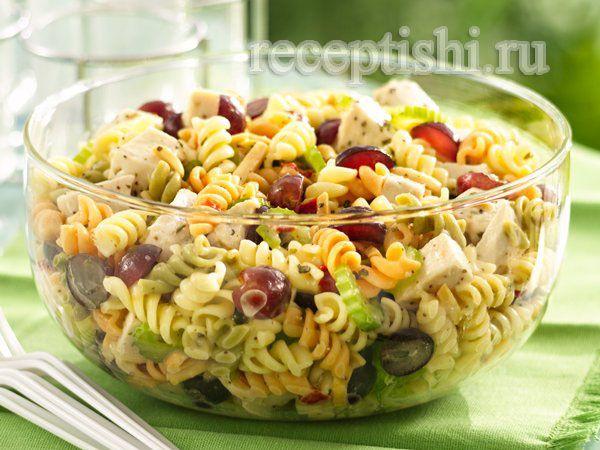 Куриный салат с макаронами, виноградом и маковым соусом