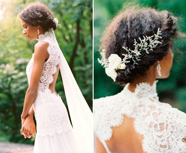 Penteados para noivas de cabelos cacheados - coque baixo torcidinho com flores