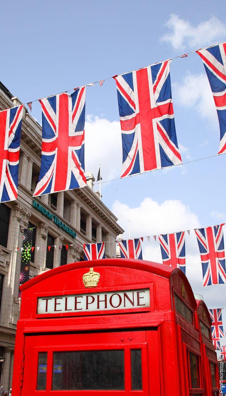 Cabines téléphoniques et drapeaux à Londres