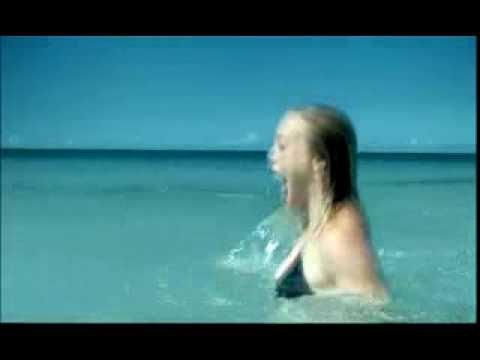 un couple arrive sur une plage et profite du soleil... mais ils n'auraient jamais dû se baigner la a vous de voir pk! ^^