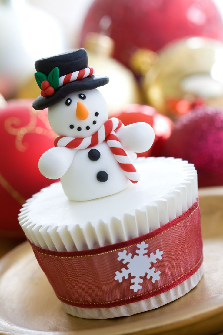 Christmas Cupcake Ideas: Make easy and delicious snowman cupcakes to put a smile on the faces of the little kids.