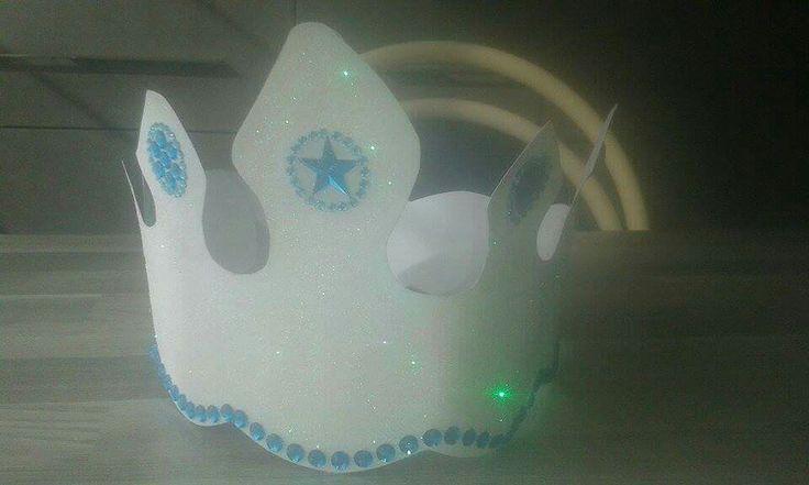 Kroon Frozen Versierd met witte glitters en de decoratiestickers zijn van de action
