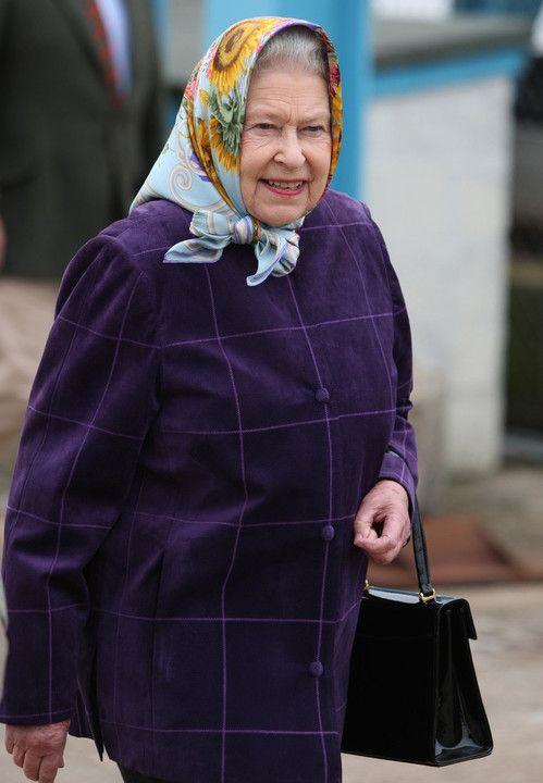 Rodziny królewskie i ich nieoficjalne zdjęcia. Niektóre z pewnością wywołają uśmiech. Królowa Elżbieta II w gustownej stylizacji ,,na starszą panią'' podczas rejsu u wybrzeży Szkocji.