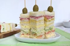 Questi spiedini di tartine più che una ricetta sono un'idea per portare in tavola un antipasto sfizioso e coreografico. Basta alternare le fette di pancarrè con salse