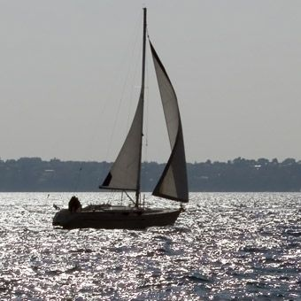 Enter the world of sailing and learn to safely skipper a crew with this course on sailing keelboats. You will be taught everything from tying knots to trimming a sail at Lake Travis in Austin.